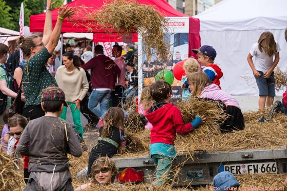 Toben im Heu beim Umweltfestival Foto: Grüne Liga