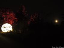 Graffiti-Mond und echter Mond im Christmas Garden